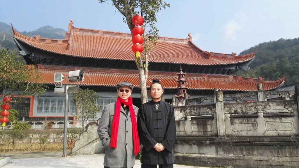 With the headmaster priest Shi in front of the Ancestor Temple in January 2017